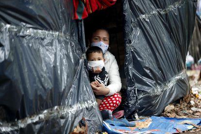Ciudadanos venezolanos en un campamento improvisado en el separador de una autopista en Bogotá.