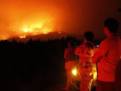 Habitantes de Bio Bio (Chile) observan un incendio, el pasado 22 de enero.