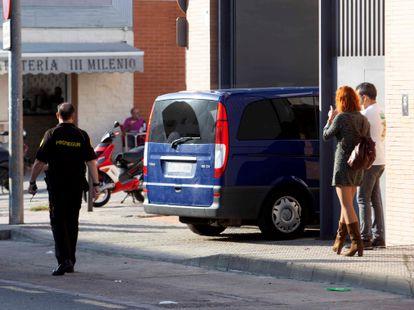 Una furgoneta con los policías detenidos por participar en una red de narcotráfico llega, este viernes, a los juzgados de Mérida.