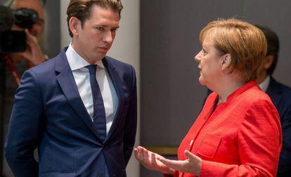 Los cancilleres de Austria, Sebastizan Kurz, y Alemania, Angela Merkel, el viernes en Bruselas en la cumbre de líderes de la UE.