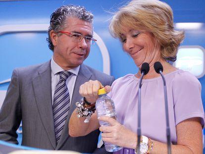 Francisco Granados y Esperanza Aguirre, durante un acto del PP de Madrid en 2011.