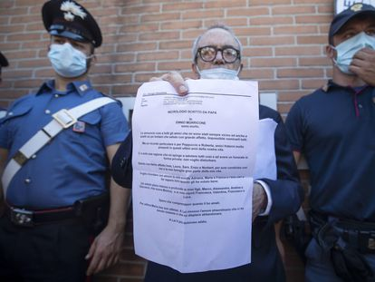 Giorgio Assumma, abogado de Ennio Morricone, muestra la carta de despedida del compositor a las puertas del hospital romano en el que ha fallecido.