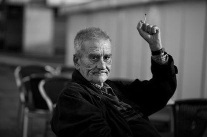Leopoldo María Panero, sentado en una terraza de la Plaza de las Palomas de León en mayo de 2011.