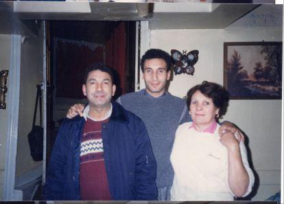 Mabrouk y Aicha Soualem con su hijo Zinedine, en el centro, en una foto de archivo de la familia.