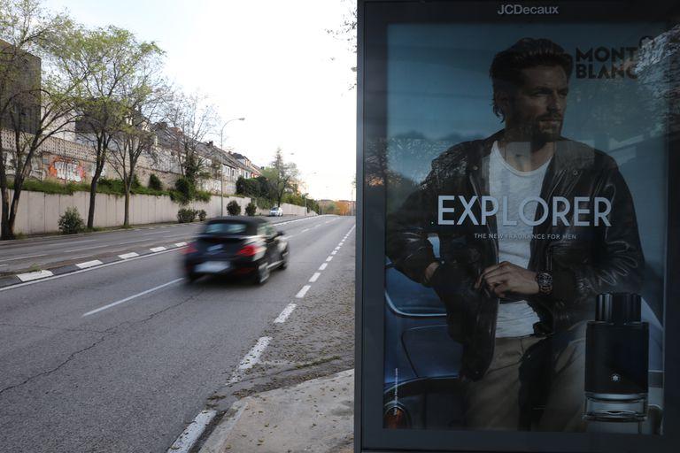 Publicidad en una parada de autobús de una calle desierta de Madrid.