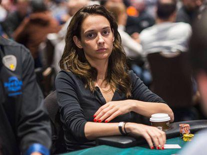 Marle Cordeiro, en mitad de una de las muchas partidas de póquer que juega cada semana por todo el mundo.