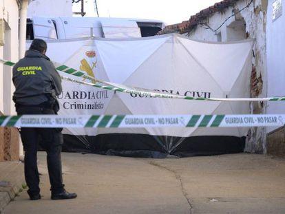Un agente de la Guardia Civil en la zona acordonada de la calle de Córdoba. En vídeo, Montoya, a la espera de declarar ante la juez que instruye el caso.