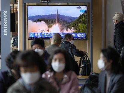 Una pantalla en una estación de tren en Seúl (Corea del Sur) informa del lanzamiento del misil por parte de Corea del Norte, este martes.