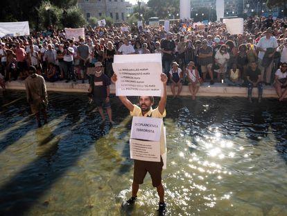 Manifestación contra el uso de mascarillas en la plaza de Colón, de Madrid, este domingo por la tarde.