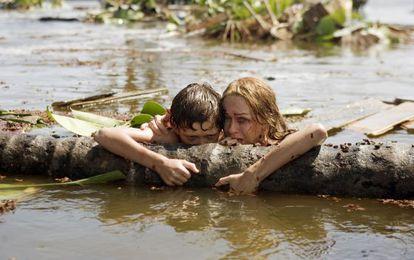 Tom Holland y Naomi Watts, en una escena de 'Lo imposible', de Juan Antonio Bayona.