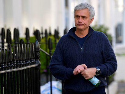 José Mourinho, por una calle de Londres.