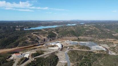 Trabajos para la presa de Alcolea sobre el río Odiel en Gibraleón (Huelva), con su llamativo tono anaranjado, y el embalse del Sancho al fondo.