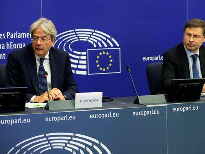 El comisario de Economía, Paolo Gentiloni (izquierda), junto al vicepresidente Valdis Dombrovskis.