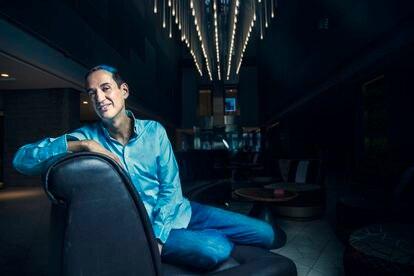 Roberto Santiago, autor de la serie 'Los futbolísimos', en un hotel de Madrid.