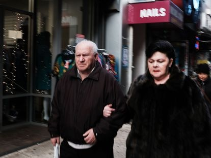 Viandantes en una calle del barrio ruso de Nueva York.