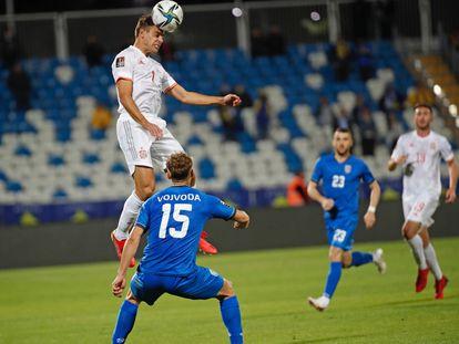 César Azpilicueta para el balón con la cabeza en el partido de la selección española contra Kosovo.