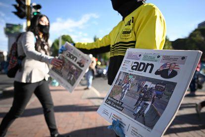 Una mujer vende un periódico con la investidura de Biden en la portada en Bogotá, el pasado miércoles.
