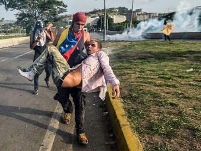 Un manifestante herido es trasladado durante una protesta en Caracas, en mayo de 2017.