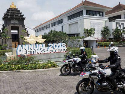 Agentes del ejército de Indonesia vigilan en Denpasar (Bali) los preparativos para la asamblea anual del FMI y del Banco Mundial.