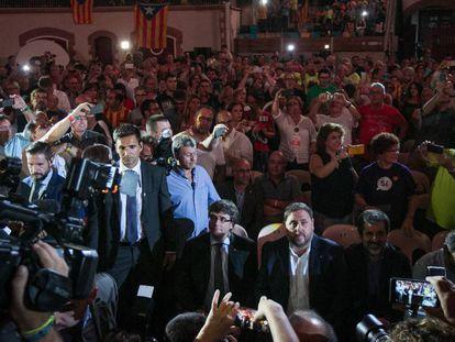 Carles Puigdemont (I) y Oriol Junqueras (C) en el inicio del acto.