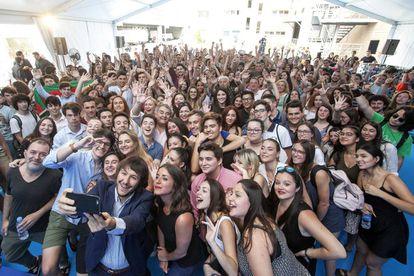Alumnos ganadores de El País de los estudiantes se hacen una foto.