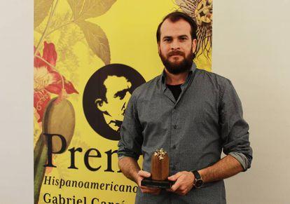 Alejandro Morellón con el premio Hispanoamericano de Cuento Gabriel García Márquez.