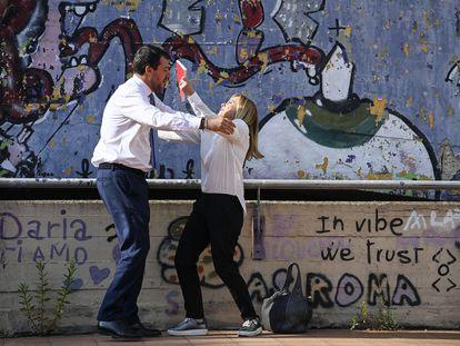 El líder de La Liga, Matteo Salvini, y la de Fratelli d'Italia, Giorgia Meloni, bromean este viernes un acto de cierre de campaña de la coalición de derechas en Roma.