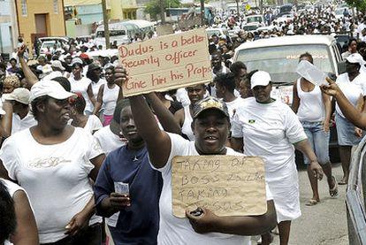 Manifestantes muestran su apoyo al narcotraficante Dudus en una marcha de protesta en Kingston.