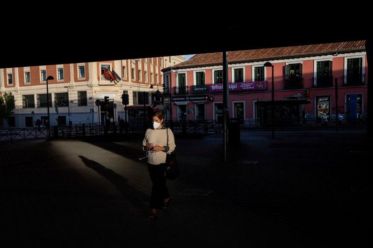 Una mujer caminaba este viernes por la calle en Vallecas, una de las zonas con restricciones en Madrid.