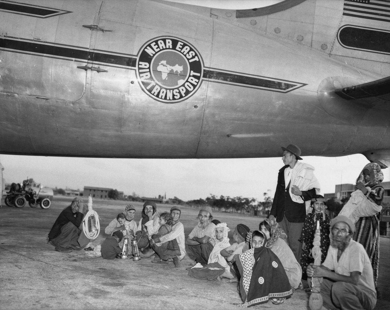 Un grupo de judíos yemeníes trasladados a Israel junto al avión que los transportó, en 1950. / ARCHIVO BETTMANN