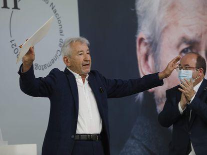 José Sacristán calma los aplausos tras recibir el Premio Nacional de Cinematografía 2021 de manos del ministro de Cultura y Deporte, Miquel Iceta.