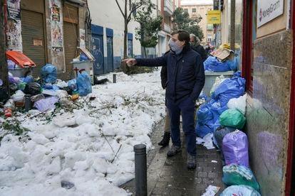 Almeida este jueves en la calle Topete durante su visita a Bellas Vistas