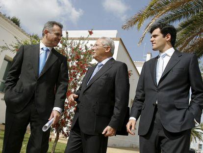 Emilio Serratosa, en medio de sus hijos Javier y Gonzalo, en una imagen de 2008.