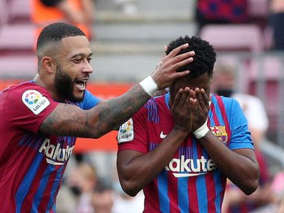 Memphis felicita a un emocionado Ansu tras su gol.