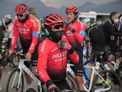 Nairo Quintana, con varios compañeros del Arkea, al terminar la etapa del Loze.