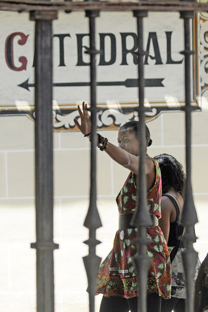 Michelle Obama saluda a la entrada de la catedral de Granada.