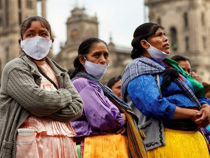 Un grupo de artesanas indígenas, esta semana frente al Palacio Nacional.