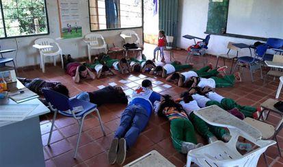 Un grupo de niños participa en un taller de mitigación del riesgo en el Catatumbo,donde el CICR les enseña  a reducir el riesgo de accidentes por artefactos explosivos improvisados.