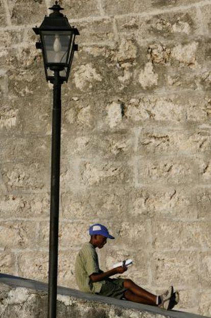 Un joven lector durante la Feria Internacional del Libro de La Habana, en 2007.