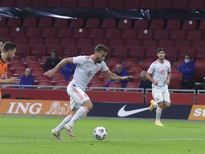 Sergio Canales, en la acción en la que marcó el gol de España.
