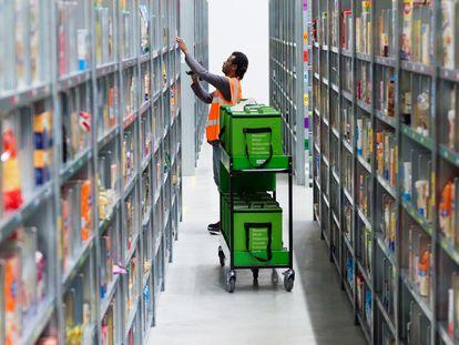 Un empleado de Amazon prepara un pedido.