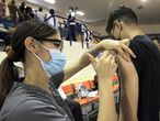MEX063. CIUDAD JUÁREZ (MÉXICO), 28/08/2021.- Un persona recibe una vacuna contra la covid-19 hoy en un centro de vacunación en Ciudad Juárez (México). Personal de salud aplica la vacuna contra la covid-19, hoy sábado en un centro de vacunación en Ciudad Juárez, estado de Chihuahua (México). La Secretaría de Salud de México reportó este sábado 756 nuevas muertes por covid-19 hasta alcanzar las 257.150, además de 17.546 nuevos casos para un total de 3.328.863 contagios, en plena tercera ola de la pandemia. EFE/ Luis Torres