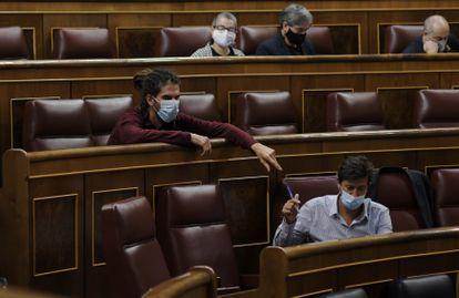Los diputados de Unidas Podemos Alberto Rodríguez (en la parte superior) y Antón Gómez Reino, el jueves en el Congreso.