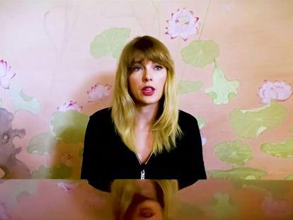 Taylor Swift durante su interpretación, anoche, de 'Soon You'll Get Better'.