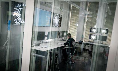 Un 'hacker' en una sala del Servicio Federal de Inteligencia de Alemania (BND) en Berlín, el pasado 25 de febrero.