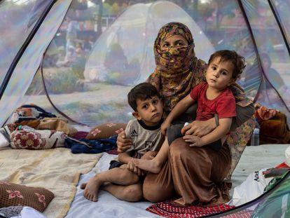 Una familia afgana desplazada por el conflicto, en Kabul, el 12 de agosto.