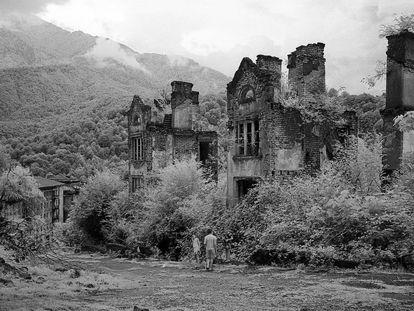 La vegetación se ha adueñado de los edificios levantados al calor de la actividad minera en Akamara.
