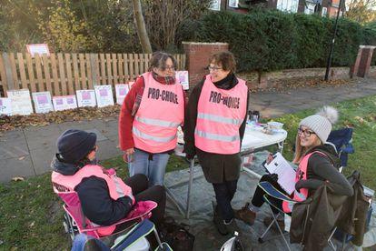 Manifestantes de Sister Supporter junto a la clínica londinense Marie Stopes.