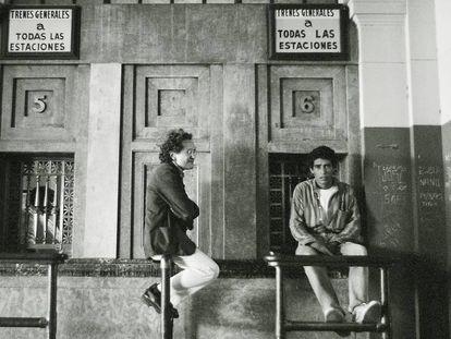 Ricardo Piglia, fotografiado en la estación de Constitución en Buenos Aires en los ochenta.