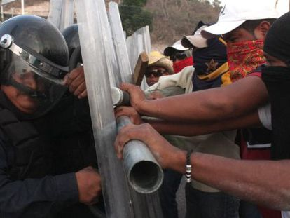 Enfrentamientos este viernes en el desalojo de la autopista del Sol de México.